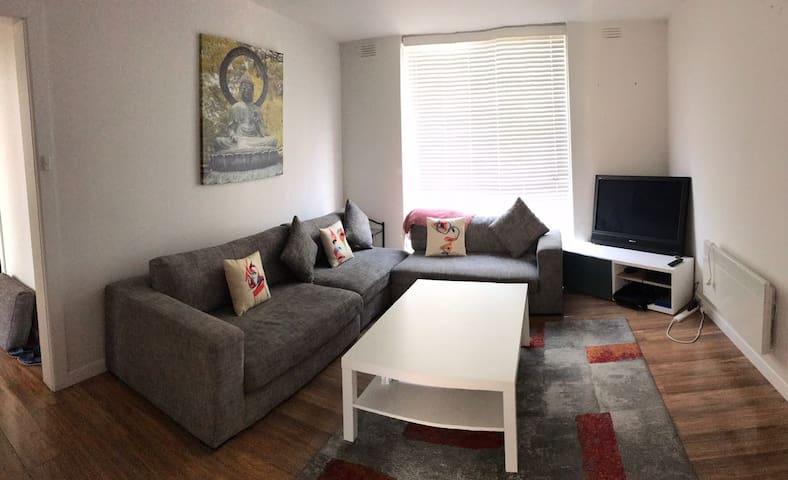 Beautiful location - Pvt room available in Altona