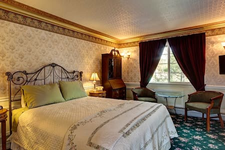 Feel Like A Queen In Our Deluxe Room On Main St.! - Frisco - Bed & Breakfast
