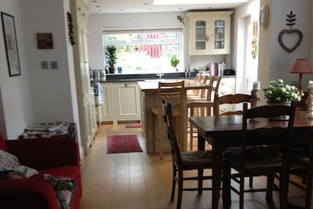 B&B for six, 15 mins from Cardiff - Penarth - 家庭式旅館