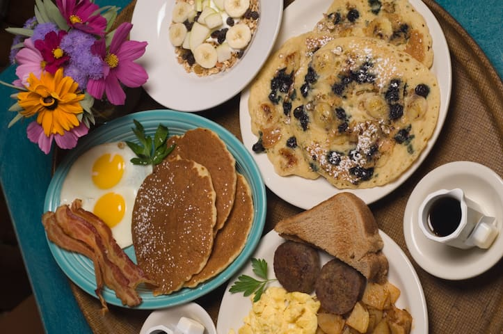 Historic Country Inn w/ Delightful Free Breakfast - Davis - Bed & Breakfast