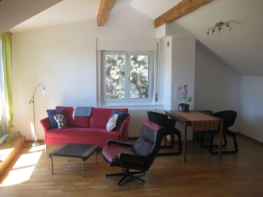 Gemütlicher Wohnraum, praktisch möbliert.
