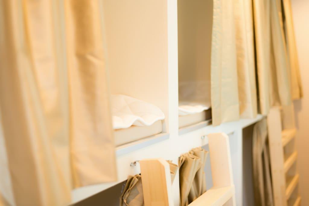 每張床都配有私人窗簾/personal curtains