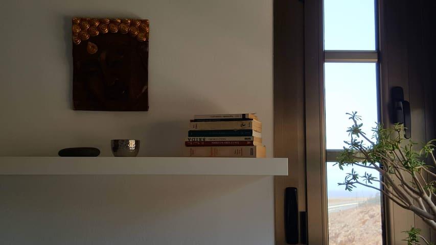 Vista al mar desde el segundo dormitorio. // Second bedroom with partial sea-view.