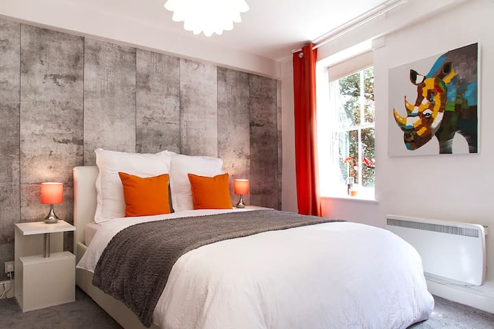 STUNNING 2BED/2BATH DESIGN HOUSE IN LEICESTER SQ!!