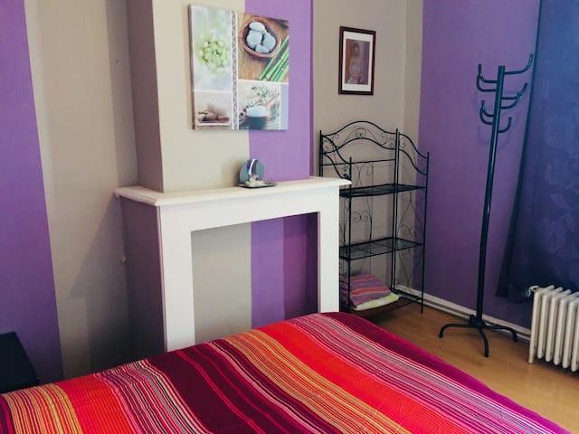 Chambre avec lit double-rangements- bureau-Wi fi-