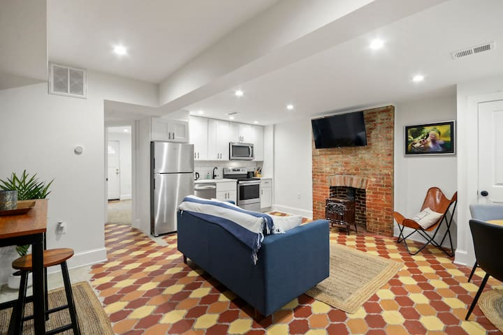 Capitol Hill - Renovated, Light 1 br/1ba Apartment