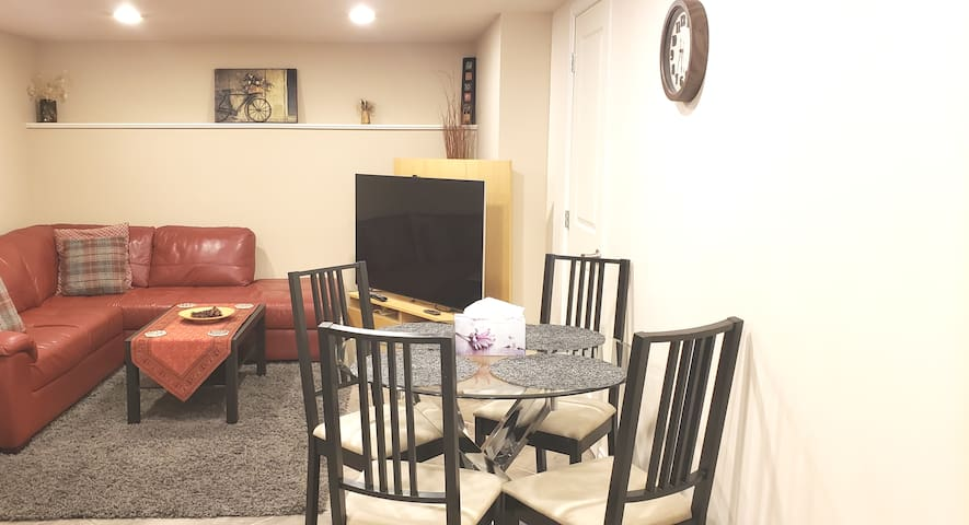 Cozy 2bdr suite with Netflix near skytrain