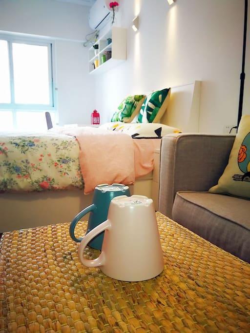 独立的沙发和小茶几