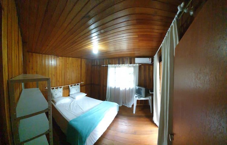 Quarto cama queen, sacada, tv e ar condicionado.