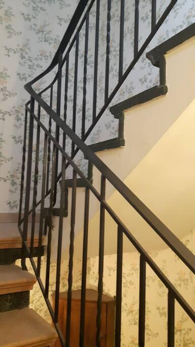 Une large cage d'escaliers vous mènera à l'étage où vous attendent votre chambre et les locaux communs.