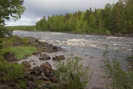 Stuga vid forsen nära Järvsöbacken