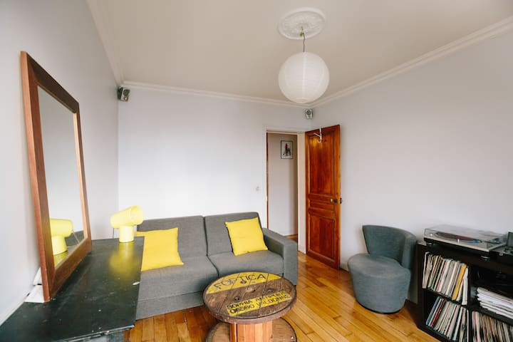Room with balcony in a lively area - Paris