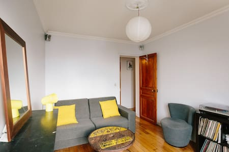 Room with balcony in a lively area - Paris - Wohnung