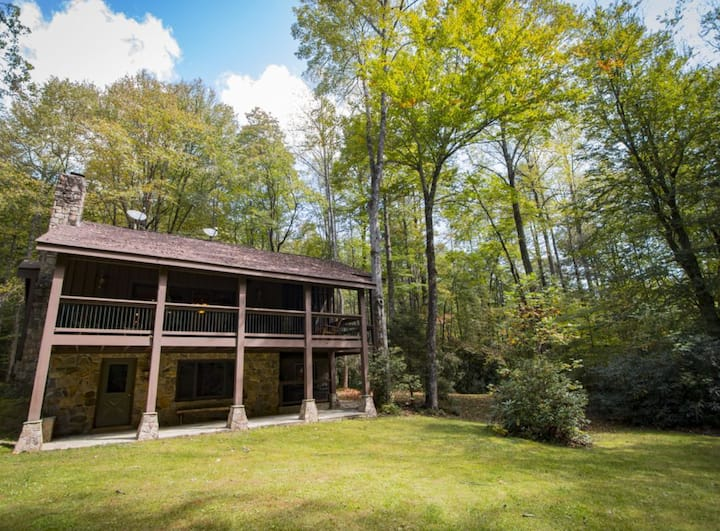 Chestnut Lodge: Waterfall, Firepit, Trails, WiFi