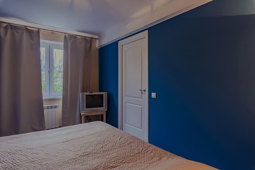 Спальня с широкой кроватью