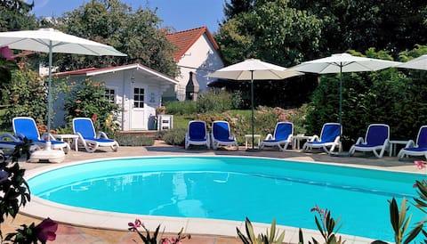 Romantische weiße Villa mit Swimmingpool