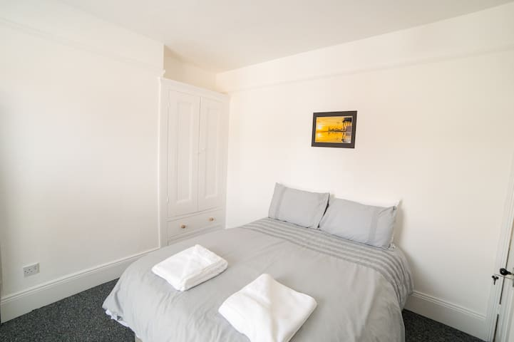 Darlington House R6 Large Double Room