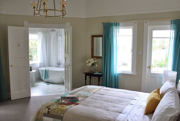 Browns Boutique Bed & Breakfast - Watercolour Room - Whanganui - Bed & Breakfast