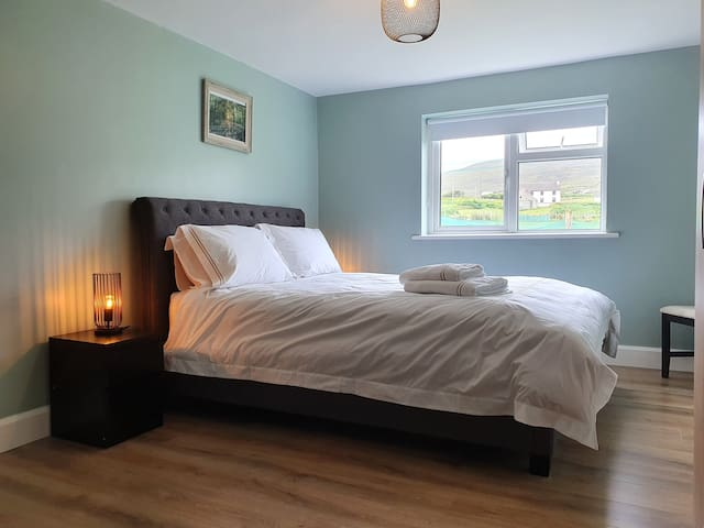 Second king-size bedroom with ensuite