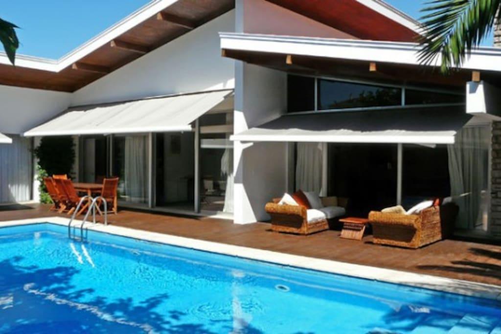 villa d 39 architecte piscine chauff e et prot g e villas louer biarritz aquitaine limousin. Black Bedroom Furniture Sets. Home Design Ideas
