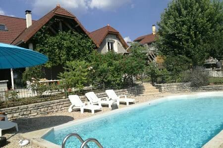 CHAMBRES privées dans maison avec piscine
