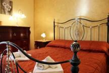 Spaziosa camera da letto con cabina armadio
