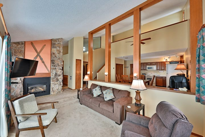 Gorgeous Mountain Condo + Loft w/Free WiFi, Private Hot Tub, Shared Outdoor Pool