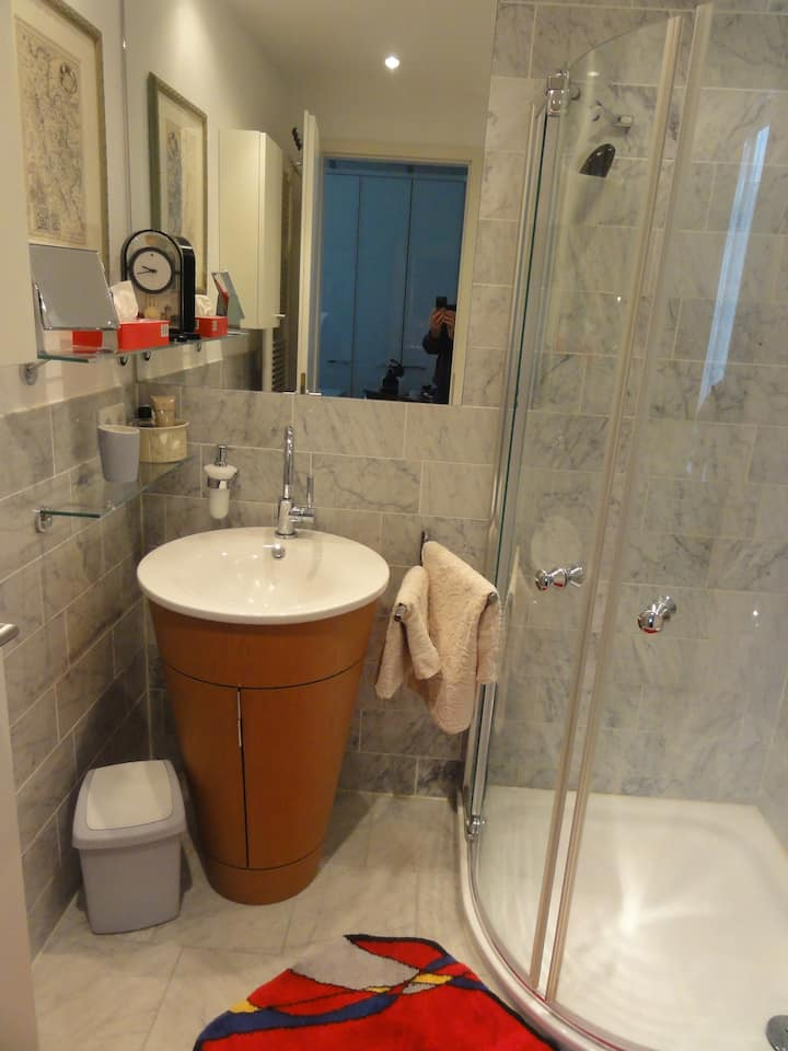 Modern room near fairground (Messe) and airport...