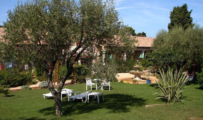 Cap d'Antibes, quiet 2 rooms apt, beach at 200 m
