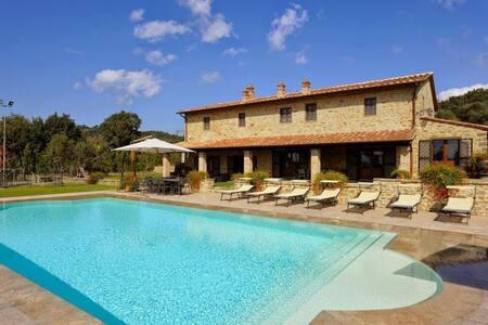 Luxury villa with private lawn, Jacuzzi & pool - Tuoro sul Trasimeno