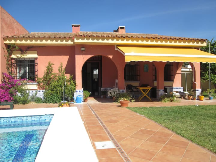 Lovely Private House,Pool,Garden,Wi-fi BBQ Parking