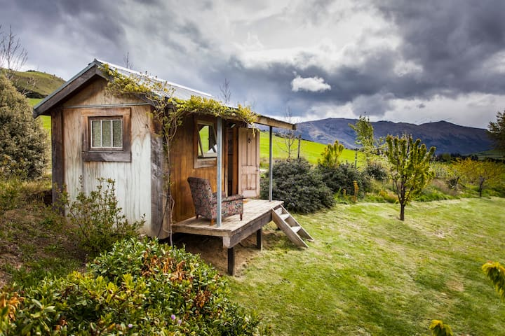 The cosy cabin with the stunning location and view - Wanaka