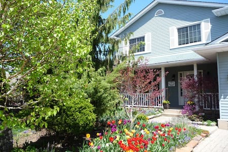 Seasons of Niagara  B&B Queen room - Bed & Breakfast