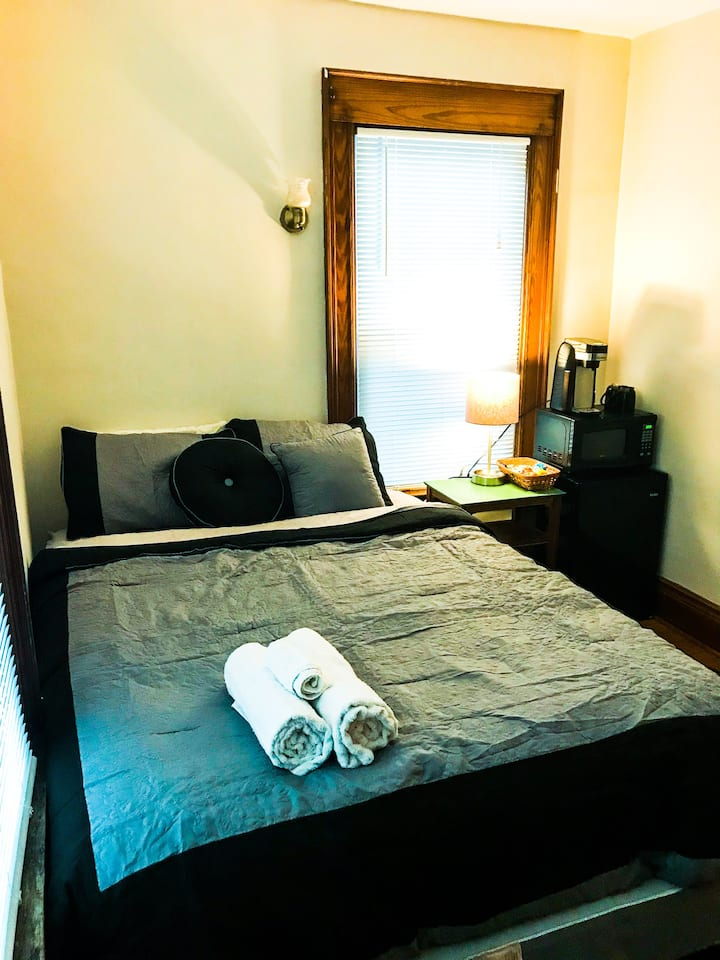 Comfortable private room for two near SU