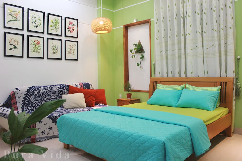 Lovely eco-friendly bedroom with lush indoor greenery and nature-inspired deco.