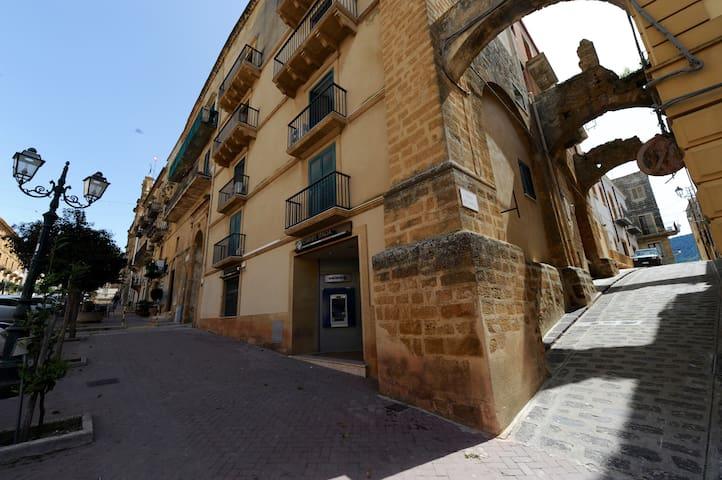 """Casa Vacanze """"Il Cortile del Marchese Beccadelli"""" - Sambuca di Sicilia - Hus"""