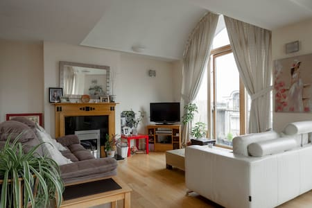 Bright Double Room with Private Bathroom - Dundrum - Lejlighed