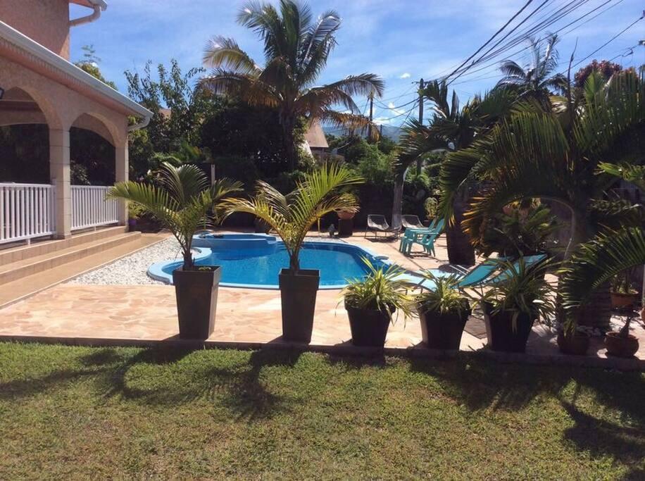 Jardin piscine jacuzzi chaises longues