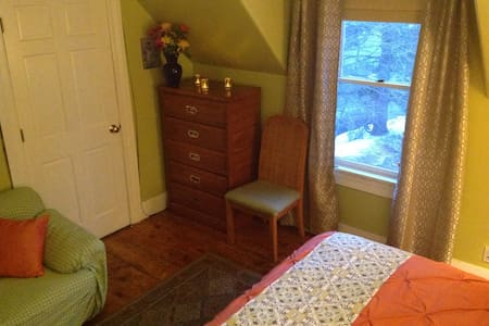 Sunny quaint Downtown guest bedroom - Plymouth - Haus