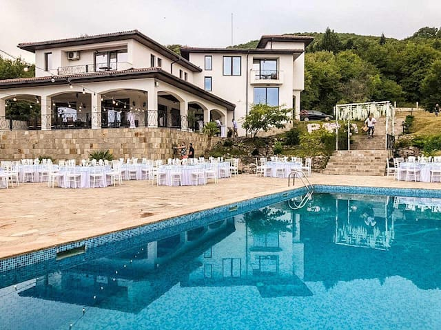 *NO GUEST SERVICE FEE* Exquisite Guesthouse With Stunning Mountain Views