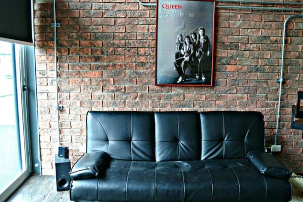 La sala cuenta con un cómodo sillón de tres espacios que se convierte en una cama doble para recibir a más huéspedes o si se quiere descansar en otro espacio.