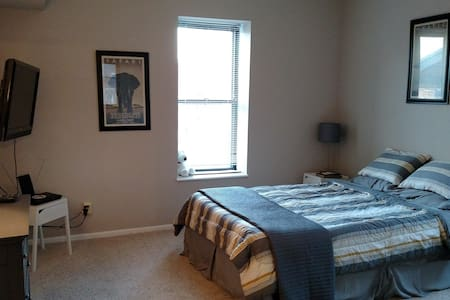 Private bed/bath near Forest Park, WashU and Metro