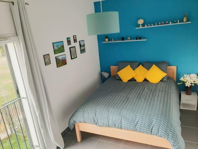 Chambre de 13m2 avec un lit neuf de 1,60m donnant sur le jardin.