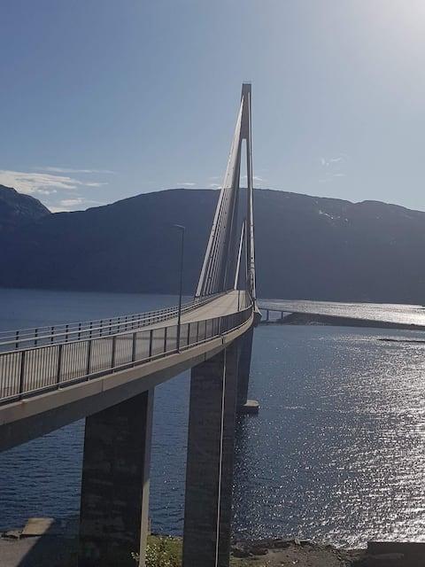 Hytte ved Helgelandsbrua