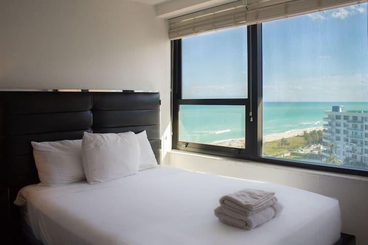 BeachFront 2 Bedroom condo, Gym, Pool, BeachAccess