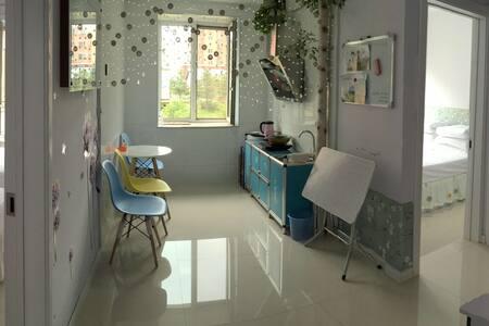 根河市惠泽馨苑A区,一楼,两个卧室,一张1.5米床,两张1.2米床,可住4到5人