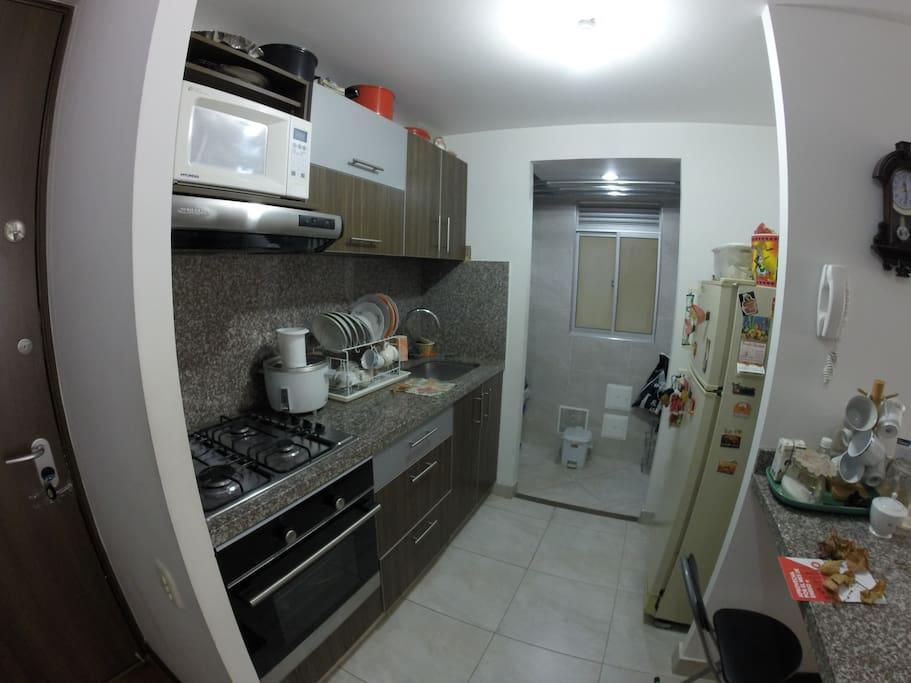 Cocina: Equipada con microondas, estufa, horno, nevera, utensilios de cocina, vajilla e instrumentos de aseo.