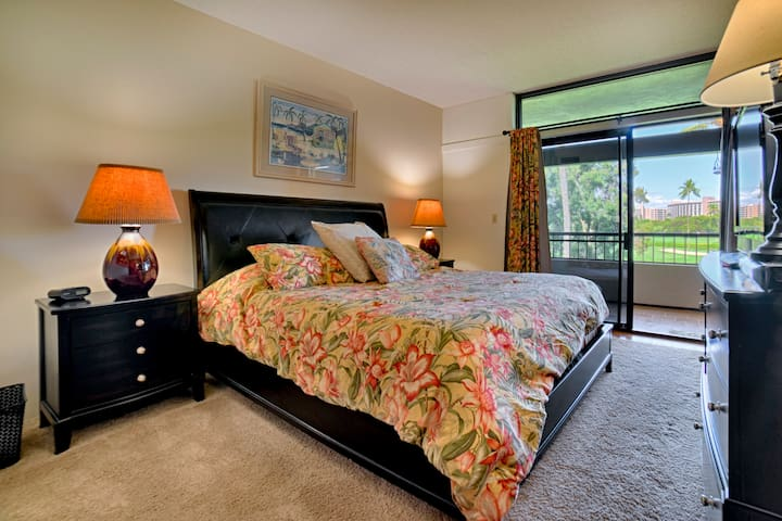 Huge master bedroom with adjoining separate office and private bathroom with granite and oversized tub/shower, incredible golf course views, and access to the huge lanai.
