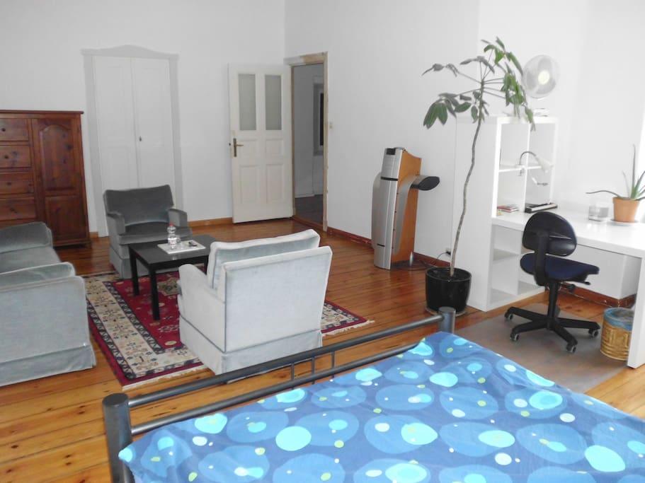 Zimmer mit Blick zur Tür