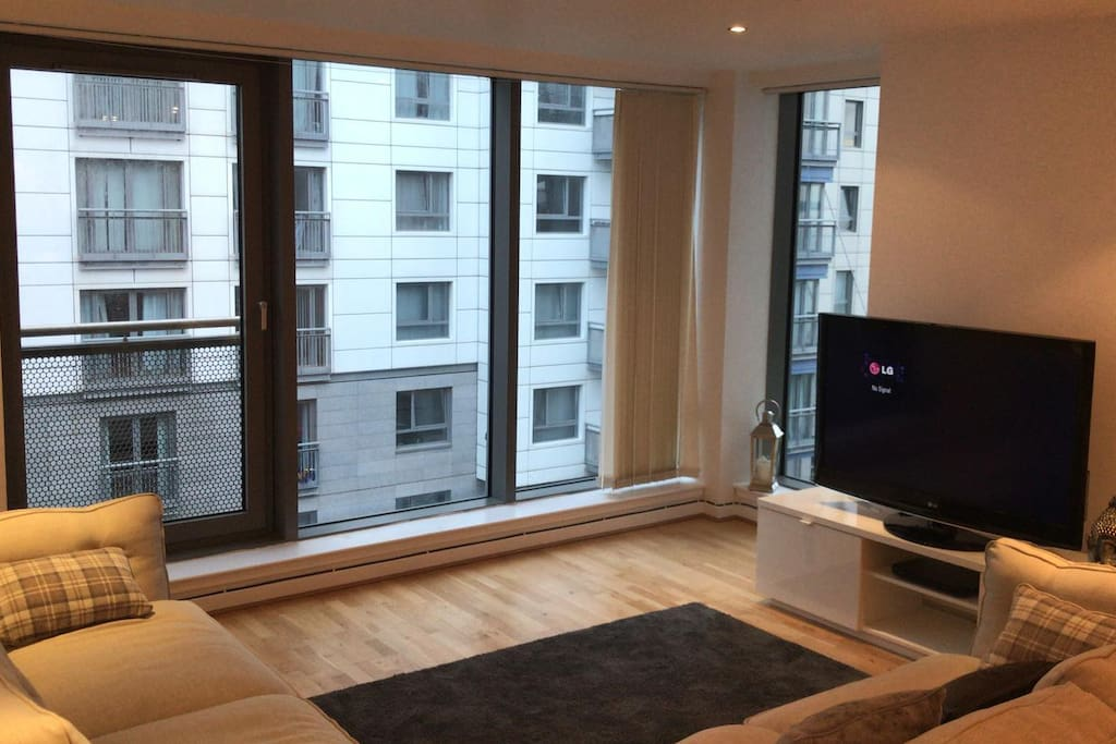 This spacious 2 bedroom apartment is ideal for two couples. Easy access to the city center, popular shopping center within walking distance, great restaurants/bars nearby and walks by the coastline.